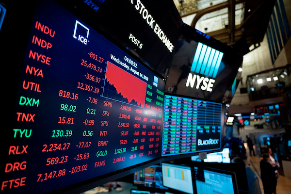 monitors showing red on NYSE