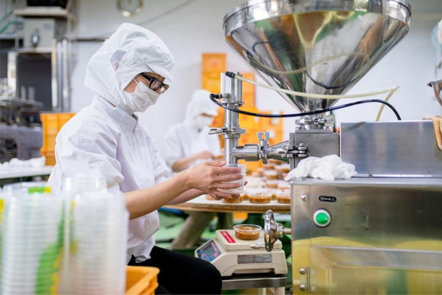 workers-in-a-food-processing-factory-packaging-foo-9900000000079e3c.jpg